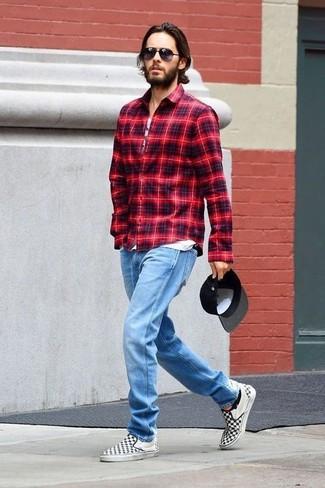 Cómo combinar: camisa de manga larga de tartán roja, camiseta sin mangas estampada blanca, vaqueros celestes, zapatillas slip-on de lona a cuadros en negro y blanco