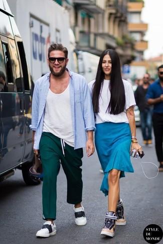 Cómo combinar: camisa de manga larga celeste, camiseta con cuello circular blanca, pantalón de vestir en verde azulado, tenis en blanco y negro