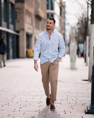 Cómo combinar una camisa celeste con unos zapatos en marrón