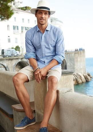 Cómo combinar: camisa de manga larga celeste, pantalones cortos en beige, alpargatas de cuero azules, sombrero de paja blanco