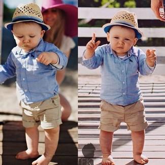 Cómo combinar: camisa de manga larga celeste, pantalones cortos marrón claro, sombrero en beige