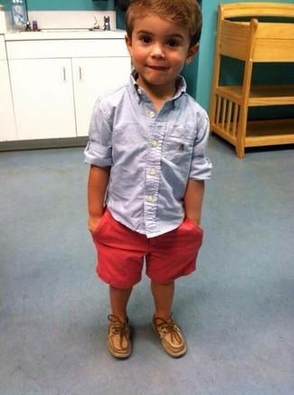 Cómo combinar: camisa de manga larga celeste, pantalones cortos rojos, náuticos marrón claro