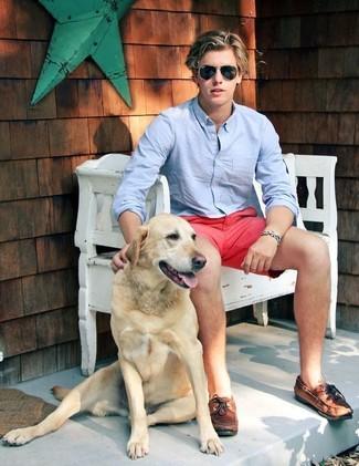 Cómo combinar: camisa de manga larga celeste, pantalones cortos rosa, náuticos de cuero marrónes, gafas de sol negras