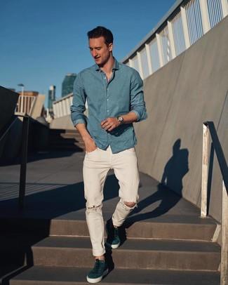 Cómo combinar: camisa de manga larga de cambray celeste, vaqueros desgastados blancos, tenis de ante en verde azulado, reloj plateado