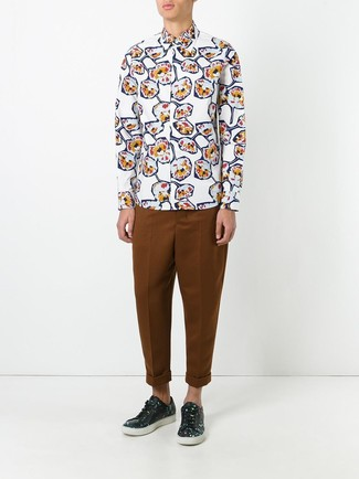 Cómo combinar: camisa de manga larga con print de flores blanca, pantalón chino en tabaco, tenis de cuero con print de flores negros