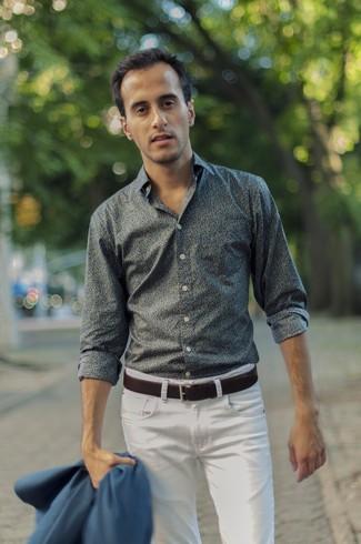 Cómo combinar: camisa de manga larga con print de flores verde oscuro, vaqueros blancos, correa de cuero en marrón oscuro
