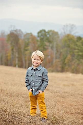 Cómo combinar: camisa de manga larga de cambray azul, pantalones naranjas, botas safari en marrón oscuro
