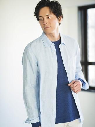 Cómo combinar: camisa de manga larga de cambray celeste, camiseta de manga larga azul marino, pantalón chino blanco