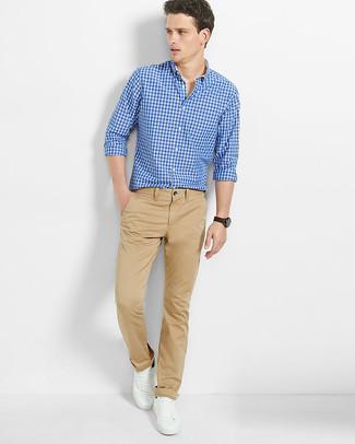 Cómo combinar: camisa de manga larga de cuadro vichy azul, pantalón chino marrón claro, tenis de cuero blancos
