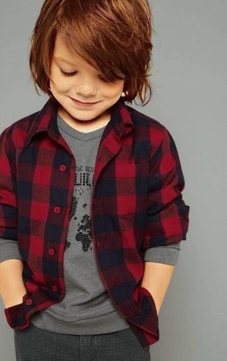 Cómo combinar: camisa de manga larga de franela roja, camiseta de manga larga gris, pantalones en gris oscuro