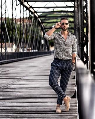Cómo combinar: camisa de manga larga de leopardo en negro y blanco, pantalón de vestir de rayas verticales negro, zapatos derby de ante marrón claro