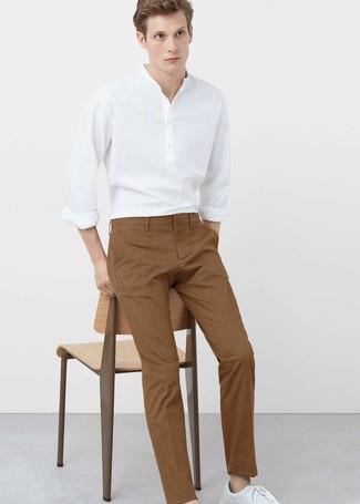 Cómo combinar: camisa de manga larga de lino blanca, pantalón chino en tabaco, tenis de cuero blancos