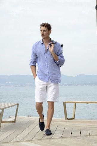 Cómo combinar: camisa de manga larga de lino celeste, pantalones cortos blancos, mocasín de ante azul marino