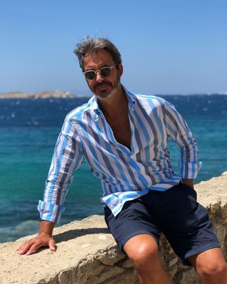 Cómo combinar: camisa de manga larga de rayas verticales celeste, pantalones cortos azul marino, gafas de sol negras