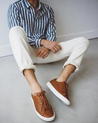 Cómo combinar: camisa de manga larga de rayas verticales en azul marino y blanco, vaqueros blancos, tenis de cuero marrónes