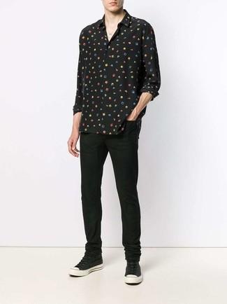 Cómo combinar: camisa de manga larga de seda estampada negra, vaqueros negros, zapatillas altas de lona negras