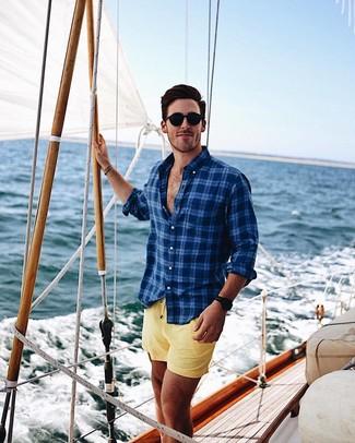 Cómo combinar: camisa de manga larga de tartán azul marino, shorts de baño amarillos, gafas de sol negras