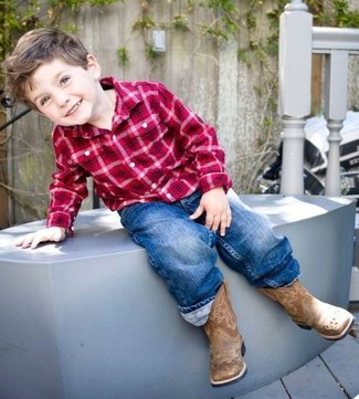 Cómo combinar: camisa de manga larga de tartán roja, vaqueros azules, botas marrónes