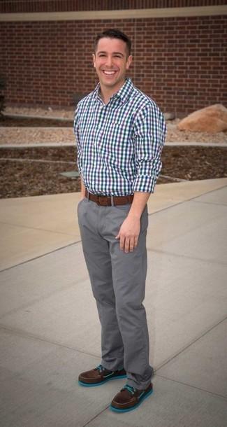 Cómo combinar: camisa de manga larga de cuadro vichy en azul marino y blanco, pantalón chino gris, botas de trabajo de ante en marrón oscuro, correa de cuero marrón