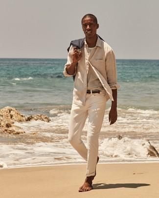 Cómo combinar: camisa de manga larga de lino en beige, camiseta con cuello circular de rayas horizontales blanca, pantalón chino en beige, correa de lona tejida azul marino