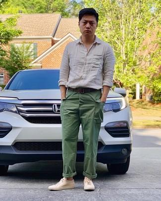 Cómo combinar: camisa de manga larga de lino en beige, pantalón cargo verde, tenis de cuero en beige, correa de cuero en marrón oscuro