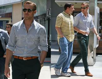 Camisa de manga larga en blanco y azul marino pantalon de vestir verde oscuro zapatos derby marron claro large 52