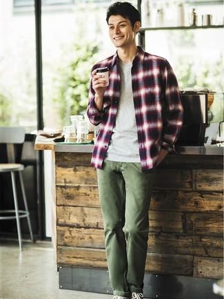Cómo combinar: camisa de manga larga de tartán en blanco y rojo y azul marino, camiseta con cuello circular gris, pantalón chino verde oliva, zapatillas altas de lona negras