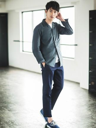Cómo combinar: camisa de manga larga en gris oscuro, camiseta con cuello circular blanca, pantalón de vestir en gris oscuro, tenis azul marino