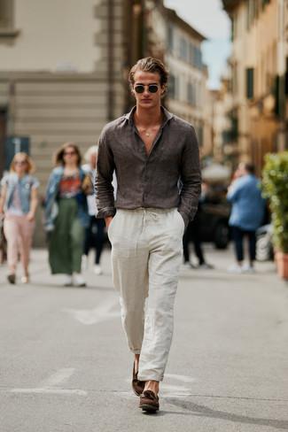 Cómo combinar: camisa de manga larga de lino en marrón oscuro, pantalón chino de lino en beige, mocasín con borlas de ante marrón, gafas de sol verde oscuro