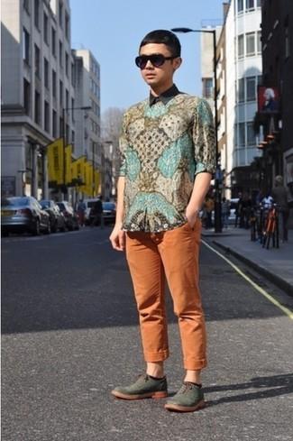 Cómo combinar: camisa de manga larga de paisley en multicolor, pantalón chino naranja, zapatos brogue de cuero verde oliva, gafas de sol negras