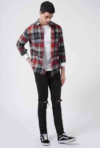 Cómo combinar: camisa de manga larga de franela a cuadros en rojo y negro, camiseta de manga larga blanca, vaqueros pitillo desgastados negros, tenis de lona negros