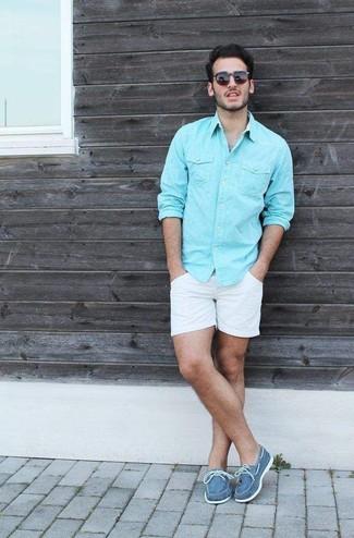 Cómo combinar: camisa de manga larga en turquesa, pantalones cortos blancos, náuticos de lona azules, calcetines invisibles