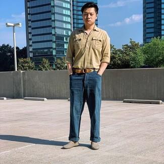 Cómo combinar: camisa de manga larga de lino marrón claro, pantalón chino de lino azul marino, mocasín de lona gris, correa de lona tejida marrón claro