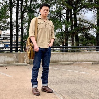 Cómo combinar: camisa de manga larga marrón claro, vaqueros azul marino, botas casual de cuero marrónes, bolso mensajero de lona mostaza