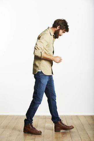Cómo combinar: camisa de manga larga marrón claro, vaqueros azules, botas casual de cuero en marrón oscuro