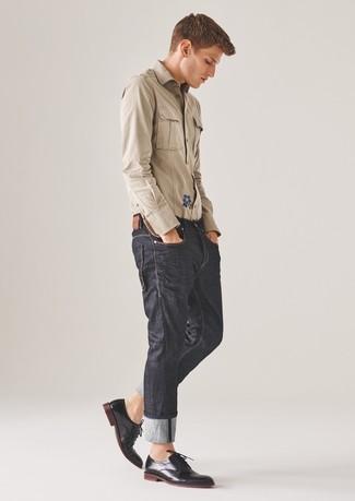 Cómo combinar: camisa de manga larga marrón claro, vaqueros en gris oscuro, zapatos derby de cuero negros
