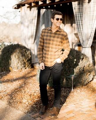 Cómo combinar: camisa de manga larga de franela a cuadros marrón claro, vaqueros negros, zapatos derby de cuero marrónes, gafas de sol en marrón oscuro