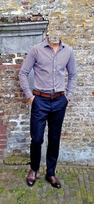Cómo combinar: camisa de manga larga de cuadro vichy morado, pantalón de vestir de lana azul marino, zapatos oxford de cuero marrónes, correa de cuero marrón