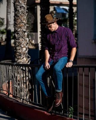 Cómo combinar: camisa de manga larga de cuadro vichy morado, vaqueros azules, botas casual de cuero marrónes, sombrero de lana marrón