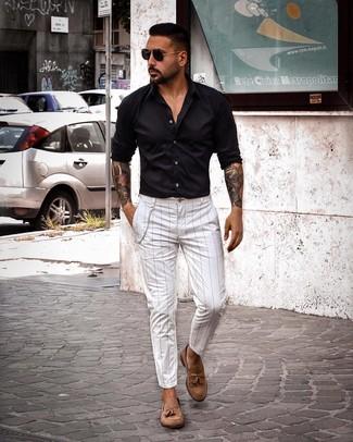 Cómo combinar: camisa de manga larga negra, pantalón chino de rayas verticales blanco, mocasín con borlas de ante marrón, gafas de sol negras