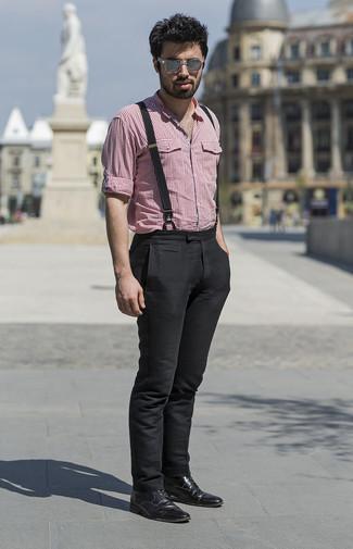 Cómo combinar: camisa de manga larga de cuadro vichy roja, pantalón chino negro, botas formales de cuero negras, gafas de sol grises