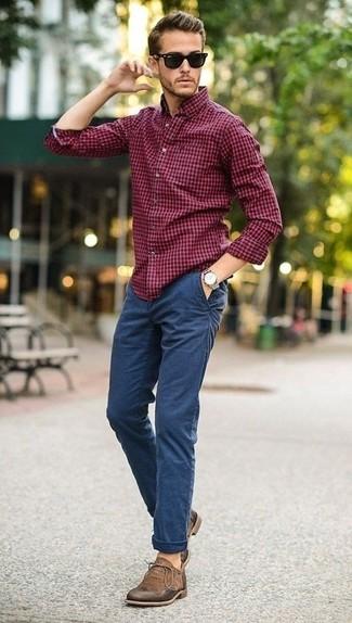 Cómo combinar: camisa de manga larga de cuadro vichy burdeos, pantalón chino azul, botas safari de ante marrónes, gafas de sol negras