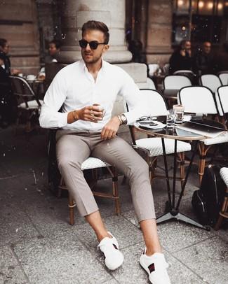 Cómo combinar: camisa de manga larga blanca, pantalón chino a cuadros marrón, gafas de sol negras, reloj plateado