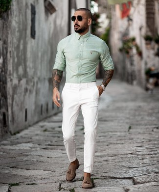 Cómo combinar: camisa de manga larga en verde menta, pantalón chino blanco, mocasín con borlas de ante marrón, gafas de sol negras