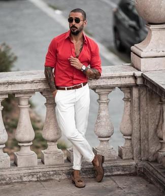Cómo combinar: camisa de manga larga roja, pantalón chino blanco, mocasín con borlas de ante marrón, correa de cuero marrón