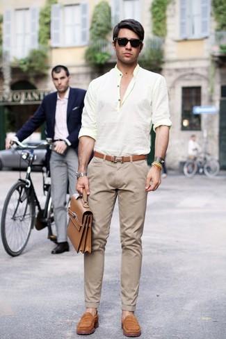 Cómo combinar: camisa de manga larga de lino amarilla, pantalón chino en beige, mocasín de ante marrón claro, portafolio de cuero marrón claro