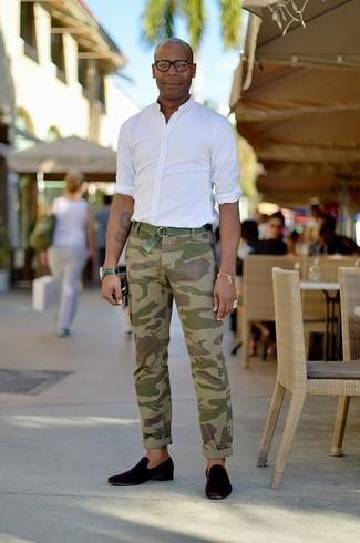 Cómo combinar: camisa de manga larga blanca, pantalón chino de camuflaje verde oliva, mocasín de ante negro, correa de lona verde