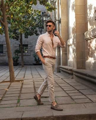Cómo combinar: camisa de manga larga en beige, pantalón chino de rayas verticales en beige, mocasín de ante gris, correa de cuero marrón