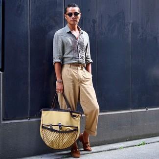 Cómo combinar: camisa de manga larga de lino celeste, pantalón chino marrón claro, mocasín de ante marrón, bolsa tote de lona marrón claro