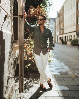 Cómo combinar: camisa de manga larga de lino en gris oscuro, pantalón chino blanco, mocasín de ante marrón, gafas de sol negras